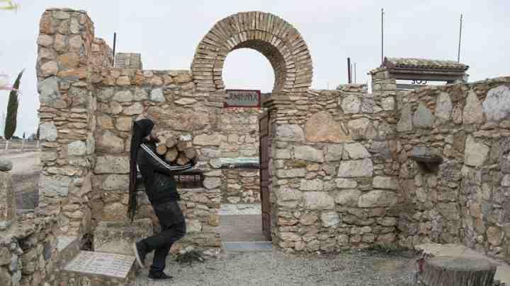 Un fedele porta la legna per il fuoco, cruciale nella liturgia dell'odinismo.