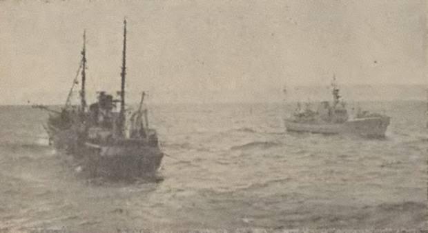 Il peschereccio Coventry passa a fianco del pattugliatore islandese Albert presso il Westfjords nel 1958