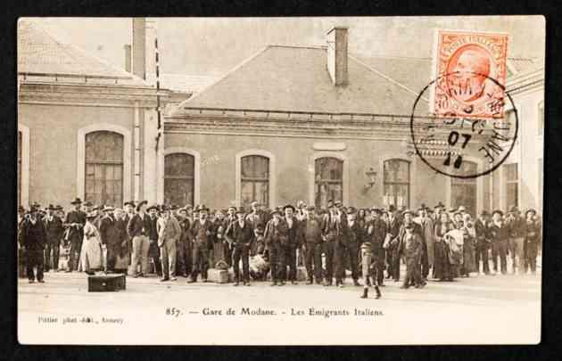 Vespri Marsigliesi: Cartolina con degli immigrati italiani di fronte alla stazione di Modane, in Provenza.