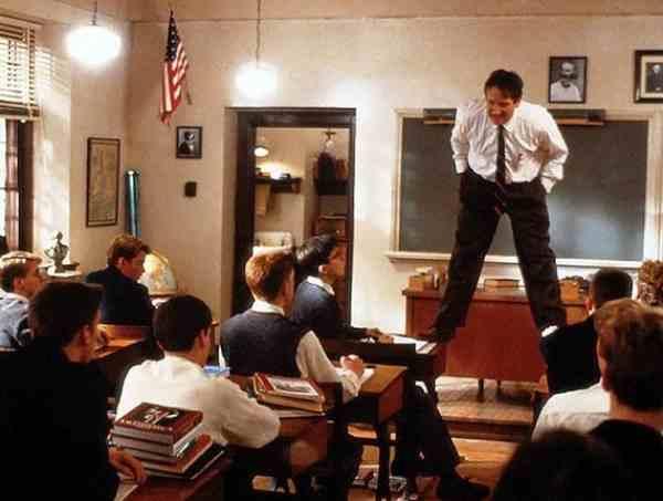L'Attimo Fuggente (1989), con Robin Williams in piedi sui banchi. Thoreau è presente in ogni minuto di questo film.