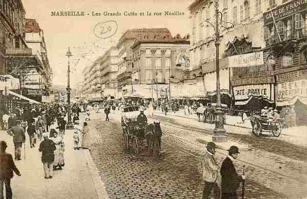 Marsiglia, Rue Noailles, in pieno centro, via incandescente durante i Vespri Marsigliesi