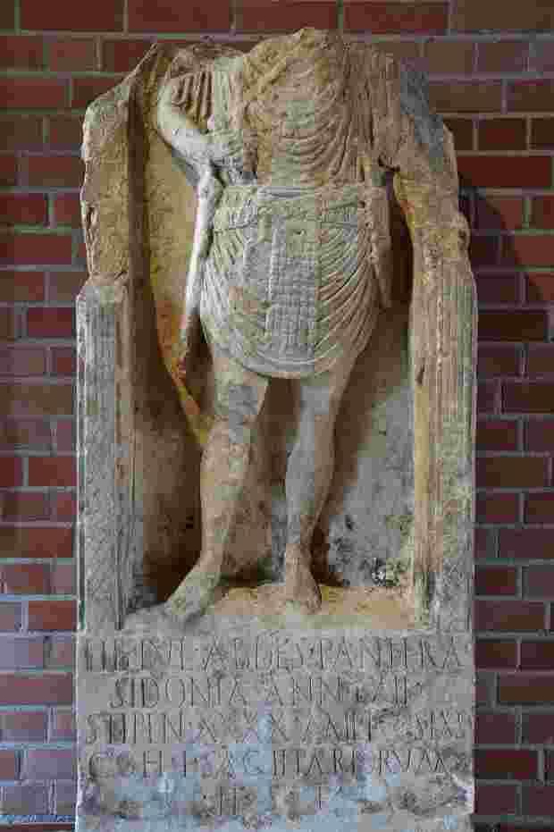 La tomba di Tiberius Iulius Abdes Pantera. Padre di Gesù.